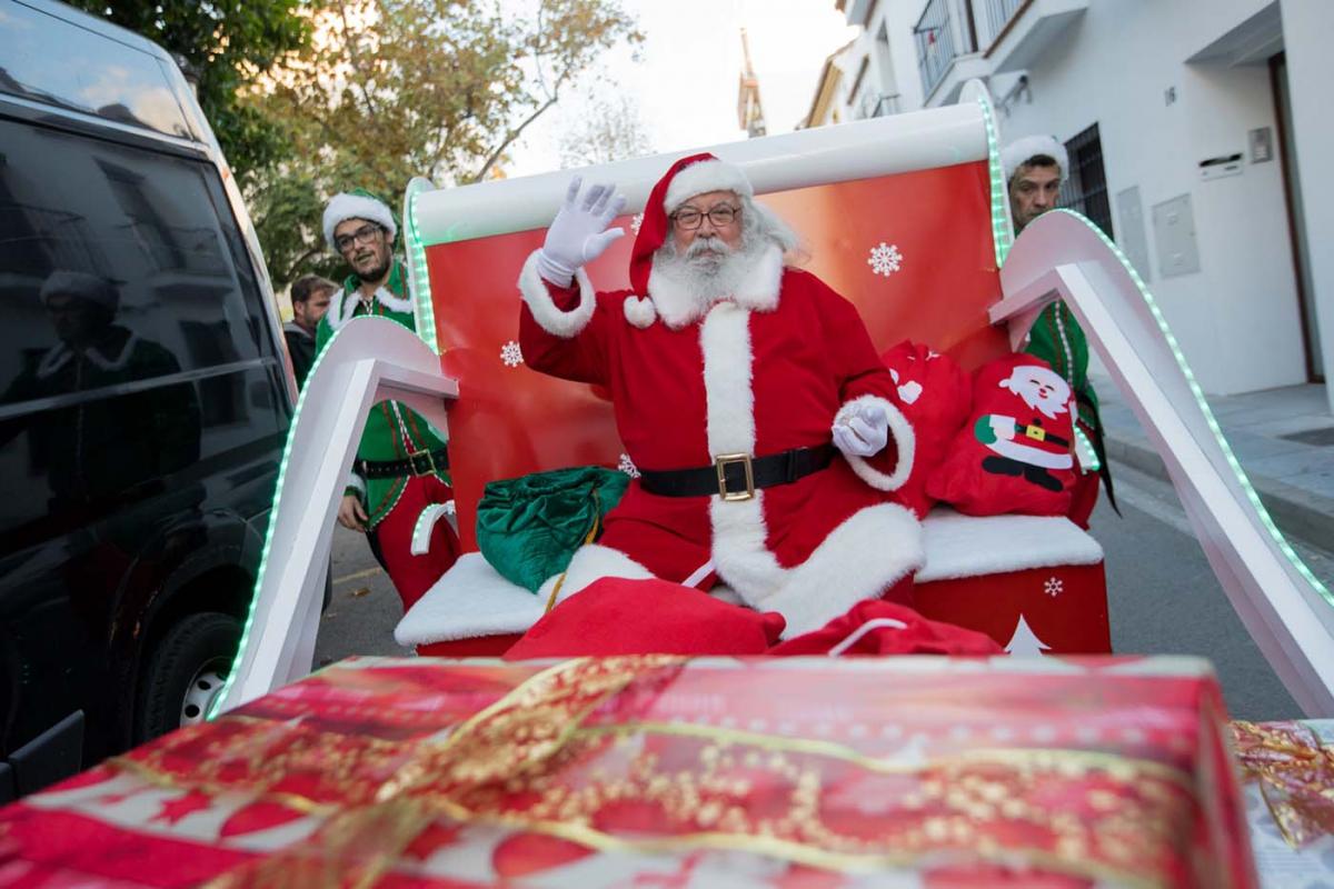 Marbella da la bienvenida a Papá Noel con un pasacalles y diversos espectáculos